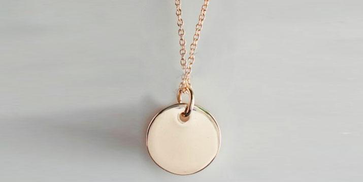 19,90€ από 40€ (-50%) για ένα Κολιέ με δακτύλιο σε ροζ χρυσό 18Κ με χάραγμα
