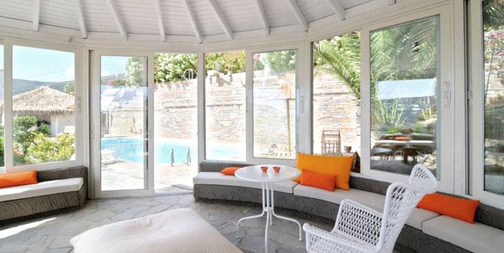 49€ / διανυκτέρευση για 2 άτομα σε δίκλινο δωμάτιο με πρωινό, στο φιλόξενο και ανανεωμένο Kymothoi Rooms & Pool Bar στην Άνδρο.