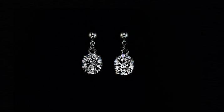 17,90€ από 45€ (-60%) για ένα ζευγάρι Μονόπετρα Σκουλαρίκια σε λευκό χρυσό 18 καρατίων με ζιργκόν ΑΑΑ class, με ΔΩΡΕΑΝ πανελλαδική αποστολή στο χώρο σας από την Absolute Diamond.