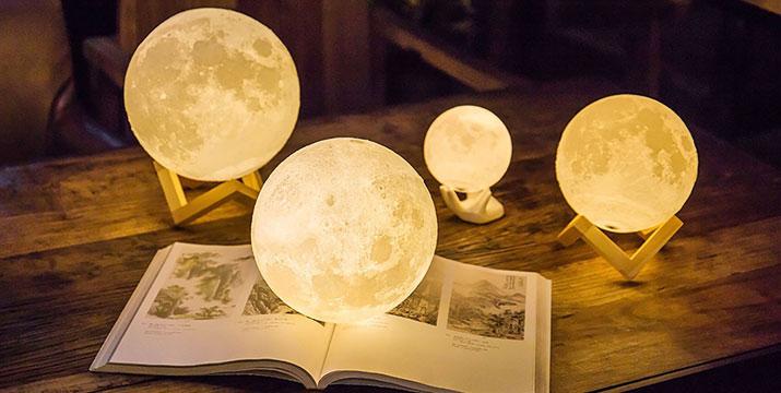 """8,90€ από 19,90€ (-55%) για μια 3D Ασύρματη Λάμπα σε Σχήμα Σελήνης, με παραλαβή ή δυνατότητα πανελλαδικής αποστολής στο χώρο σας από το """"Idea Hellas"""" στη Νέα Ιωνία."""